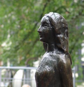「アンネの家」ちかくにあるアンネの像、顔の部分
