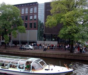 運河越しに見るアンネ・フランク・ハウス