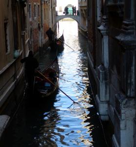 ヴェニスの小運河のゴンドラ