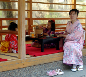 清水寺境内茶屋の母子