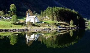 フィヨルドの村の教会