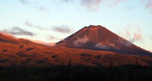 世界遺産・トンガリロ国立公園のナウルホエ山